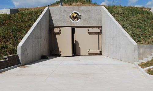Cổng vào hầm trú ẩn ngày tận thế trong dự án Survival Condo. Ảnh: Courtesy of Survival Condo Project.