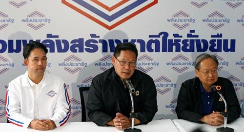 Uttama Savanayana (giữa), lãnh đạo đảng Palang Pracharat tại cuộc họp báo ở Bangkok hôm 27/3. Ảnh: Reuters.