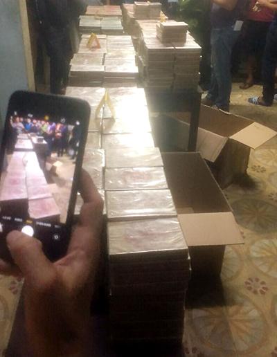 Gần 900 bánh ma túy tại trụ sở công an. Ảnh: Công an cung cấp.