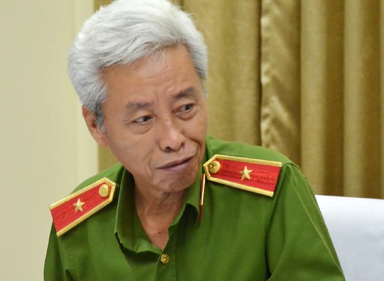 Thiếu tướng Phan Anh Minh trao đổi với đồng nghiệp chiều nay. Ảnh: Quốc Thắng.