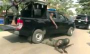 Viên cảnh sát rơi khỏi thùng xe bán tải