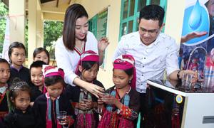 Hoa hậu Đỗ Mỹ Linh cùng bầu Tam mang nước sạch cho học sinh miền núi