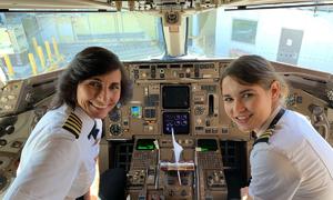 Hai mẹ con phi công gây sốt tại Mỹ