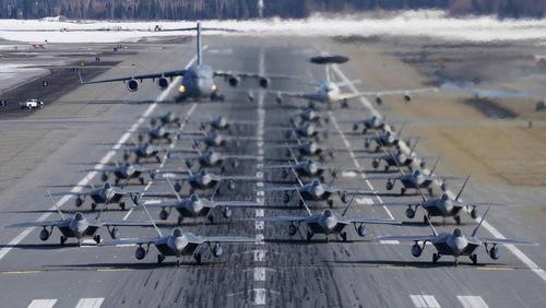 Máy bay Mỹ dàn hàng tại căn cứ Elmendorf hôm 27/3. Ảnh: USAF.
