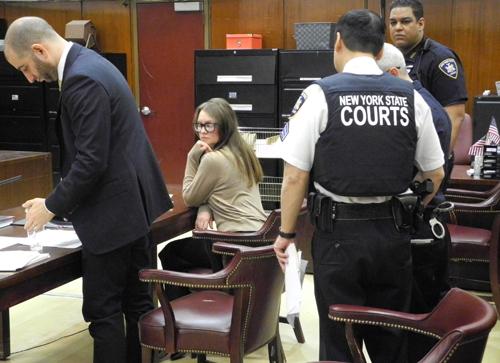 Anna Sorokin, 28 tuổi (giữa),tại phiên tòa ở Manhattan, New York hôm 27/3. Ảnh: AP.