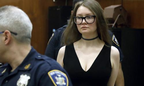 Anna Sorokin, 28 tuổi, xuất hiện tại phiên tòa ởManhattan, New York hôm 27/3. Ảnh: AP.