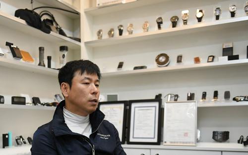Shin Jang-jin giám đốc của công ty kinh doanh camera ẩn Damoacam,thành phố Incheon, Hàn Quốc. Ảnh: AFP.