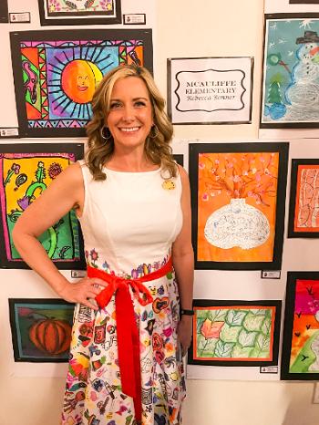 Rebecca Bonner mặc váy dự triển lãm nghệ thuật ở trường tiểu học. Ảnh: Twitter