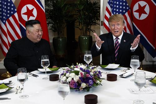 Lãnh đạo Triều Tiên Kim Jong-un (trái) và Tổng thống Mỹ Donald Trump tại bữa tối ở Hà Nội ngày 27/2. Ảnh: AP.