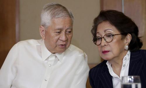 Cựu ngoại trưởng Philippines De Rosario, trái, và cựu tổng thanh tra Moracles.Ảnh: AP.