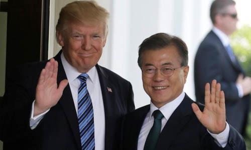 Tổng thống Mỹ Donald Trump (trái) và người đồng cấp Hàn Quốc Moon Jae-in tại Nhà Trắng, Washington hồi tháng 6/2017. Ảnh: Reuters.