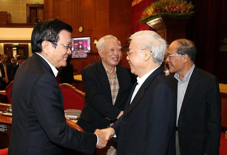Tổng bí thư Nguyễn Phú Trọng bắt tay chào nguyên Chủ tịch nước Trương Tấn Sang. Ảnh: TTX