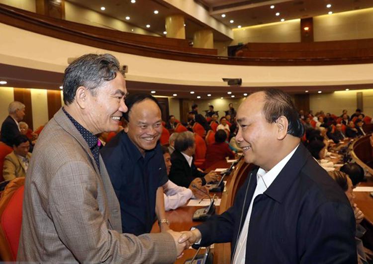 Thủ tướng Nguyễn Xuân Phúc thăm hỏi các vị nguyên lãnh đạo cấp cao. Ảnh: TTX