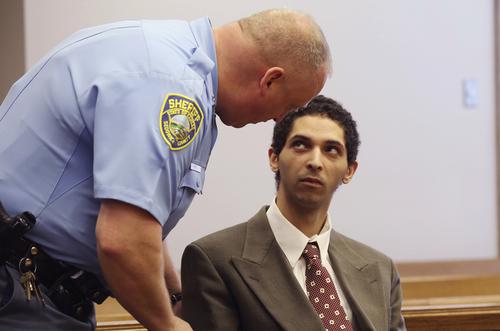 Tyler Barriss (phải) xuất hiện tại tòa.