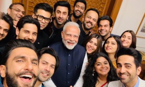 Thủ tướng Narendra Modi (giữa) chụp ảnh cùng một số ngôi sao điện ảnh của Ấn Độ. Ảnh: BBC.