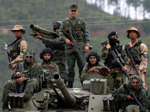 Các binh sĩ Venezuela trên một xe thiết giáp chở quân nhập khẩu từ Nga. Ảnh: AFP.