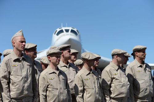 Các quân nhân Nga cùng oanh tạc cơ chiến lược Tu-160 tớiVenezuela hồi tháng 12/2018. Ảnh: AFP.