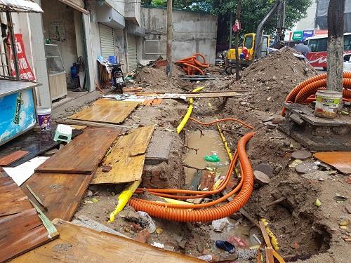 Hạ ngầm đường điện trước khi lát vỉa hè ở phố Trần Đăng Ninh. Ảnh: Gia Chính