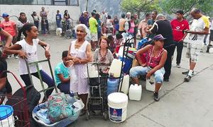Dân Venezuela xếp hàng chờ lấy nước vì mất điện diện rộng