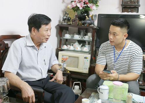 Điều tra viên dân số thu thập thông tin ở gia đình ông Lưu Xuân Thư (Hàng Trống, Hoàn Kiếm, Hà Nôi). Ảnh: Tất Định