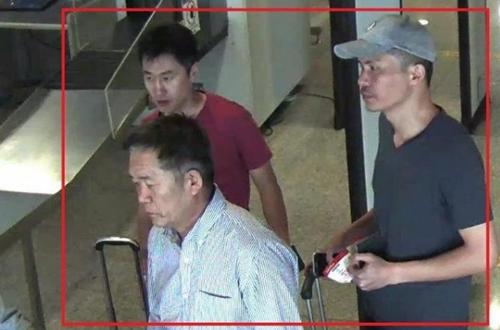 Hanamori (đằng trước), Chang (đằng sau, trái) và Y (phải) tại sân by ở Malaysia. Ảnh: Reuters.