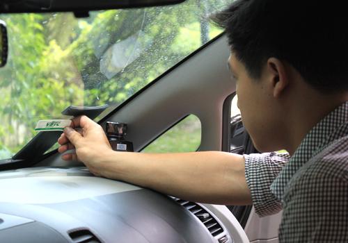 Thẻ VETC được dán trên kính xe và trừ tiền vào tài khoản thẻ của chủ xe khi qua trạm thu phí. Ảnh: Đoàn Loan