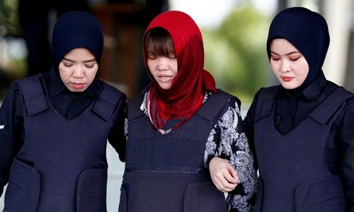 Đoàn Thị Hương rời tòa ở Malaysia ngày 14/3. Ảnh: Reuters.
