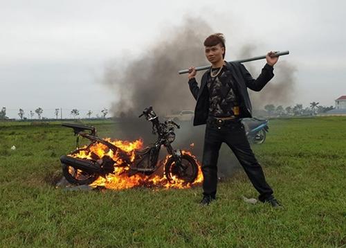 Khá đốt xe rồi đăng hình ảnh lên mạng xã hội. Ảnh: Công an nhân dân