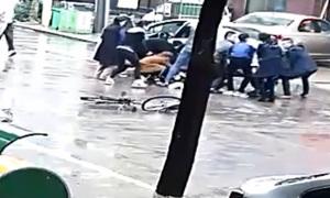Người qua đường ở Trung Quốc hợp sức nâng ôtô cứu thiếu niên mắc kẹt