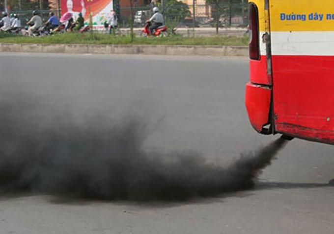 Xe buýt xả khói đen trên đường phố Hà Nội. Ảnh: Khánh Chi