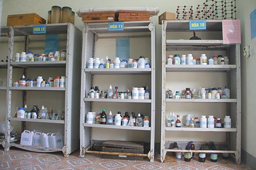Kệ đựng hóa chất của trường THPT Hương Khê. Ảnh: Đức Hùng