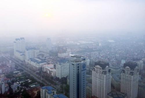 Khói dày đặc bao phủ một góc phía tây Hà Nội do người dân ở tuyến đường cửa ngõ vào thủ đô đốt rơm rạ. Ảnh: Ngọc Thành.