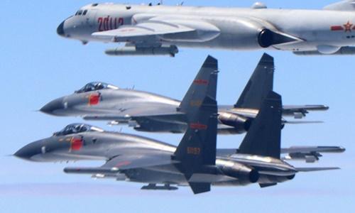 Hai chiến đấu cơ J-11 và một máy báy ném bom H-6K tuần tra trên vùng biển giữa Trung Quốc đại lục và Đài Loan. Ảnh: Xinhua.