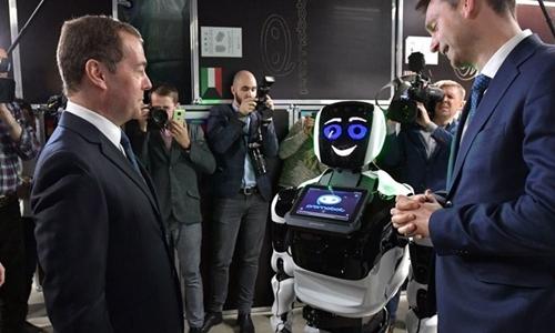 Robot nhận ra Thủ tướng Nga sau hơn ba năm không gặp