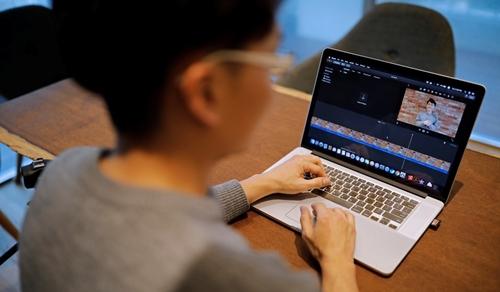 Yoon Chang-hyun chỉnh sửa video trước khi phát lên YouTube. Ảnh: Reuters.