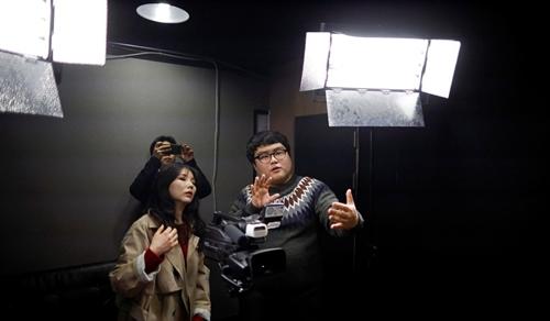 You Hoe-joong, nhà sản xuất kiêm diễn giả một kênh đào tạo trên YouTube, hướng dẫn học viên cách camera hoạt động. Ảnh: Reuters.