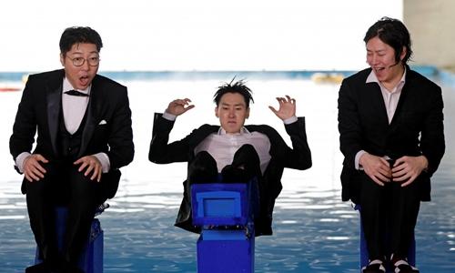 Ngôi sao YouTube Na Dong-hyun (trái)thường được biết tới với tên gọi Đại thư viện, chủ trì show YouTube của mình cùng với hai ngôi sao nhóm Super Junior là Kim Hee-chul (phải) và Eunhyuk (giữa). Ảnh: Reuters.