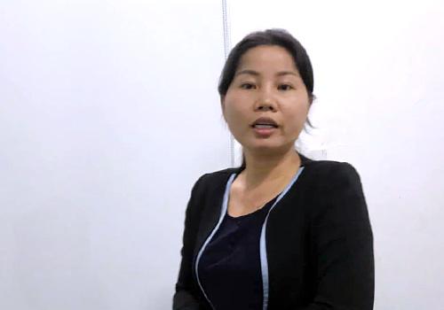 Bà Thuận nghe công an đọc lệnh bắt giam chiều 3/4. Ảnh: H.N.