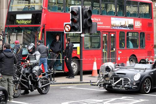 Một chiếc Mini Cooper mui trần được sử dụng làm xe quay phim. Phía sau là một chiếc xe buýt hai tầng đặc trưng