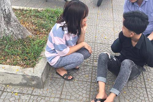 Nam thiếu niên bị người dân giữ lại tại hiện trường. Ảnh: Quang Hà