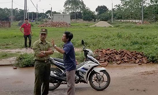 Cơ quan chức năng và người dân kiểm tra khu vực hiện trường cháu bé bị đàn chó tấn công. Ảnh: Xuân Sơn