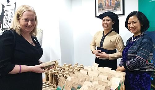 Đại sự Ireland, bà Cait Moran tham quan gian trưng bày sản phẩm chè của người dân tộc thiểu số ở Mường Đỗ, Sơn La. Ảnh: Phan Minh.