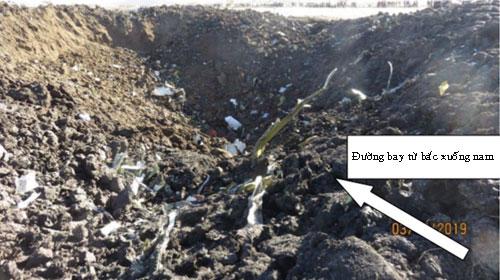 Hố sâu gần 10 m do chiếc máy bay tạo ra khi đâm xuống đất. Ảnh: Reuters.