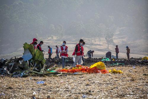 Các điều tra viên tại hiện trường máy bay Ethiopia rơi. Ảnh: AP.