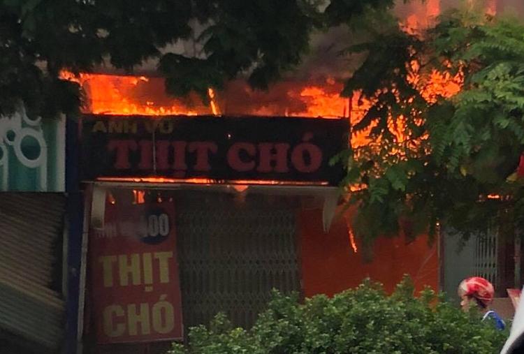 Đám cháy bùng lên từ cửa hàng thịt chó. Ảnh: Gia Chính.