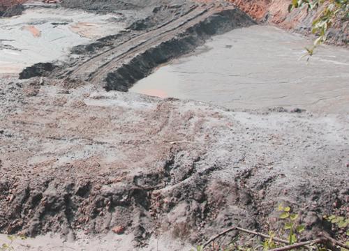Một bãi bùn thải quặng ở huyện Quỳ Hợp. Ảnh: Nguyễn Hải.