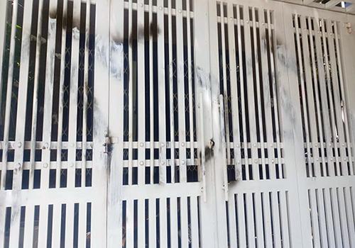 Cánh cổng bị vẽ bẩn đã được xoá. Ảnh: X.G.