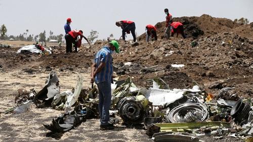Các nhà điều tra xem xét mảnh vỡ máy bay của Ethiopian Airlines tại hiện trường tai nạn hôm 12/3. Ảnh: AFP.