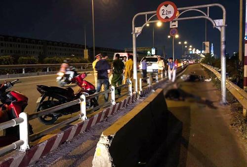 Trước đó, bất lực trước việc ôtô liên tục đi vào làn xe máy, Sở GTVT TP HCM đã phải đặt dải phân cách bê tông ở làn xe máy. Ảnh: Facebook