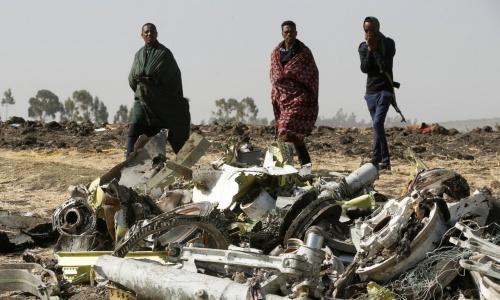 Các cảnh sát Ethiopia đến gần máy bay bị nạn. Ảnh: Reuters.